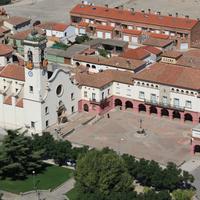 Plaça Major amb l'Església parroquial i l'Ajuntament